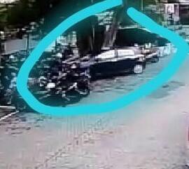 SEBUAH MOBIL TOYOTA YARIS MENABRAK 8 SEPEDA MOTOR DI AREAL PARKIR BANK BRI MADIUN