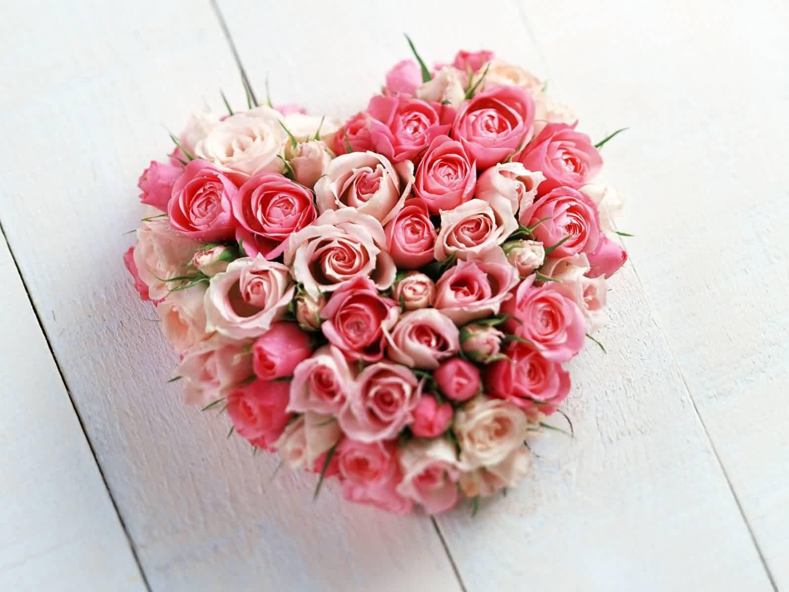 Achtergrond van een hartje van roze en witte rozen