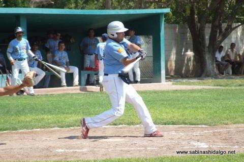 Ricardo Villarreal bateando por Cerveceros en el beisbol municipal