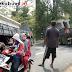 Truk Bermuatan Beton Melintang di Tamanjaya Ciwaru