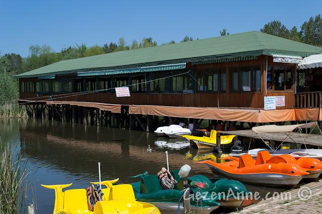 Sakarya, Karasu'daki Acarlar Longozu'nda su üzerine kurulu restoran