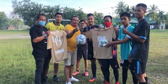 Peduli Sepakbola, SIWO PWI Kalteng Sumbang Ini ke Klub Lokal