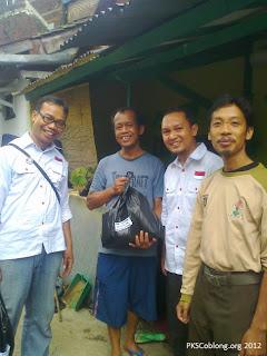 Senyum warga bersama relawan merah putih