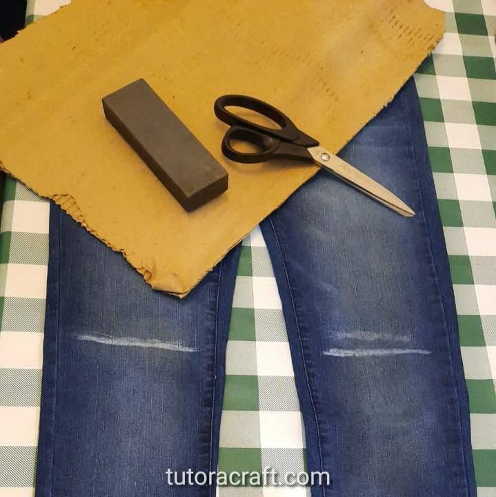 como cortar calça jeans no joelho