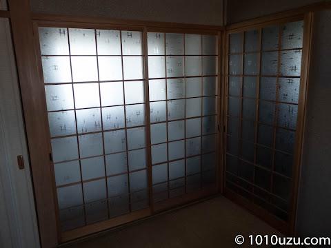 南側のガラス戸で縁側のカーテンを閉めてもこの明るさ