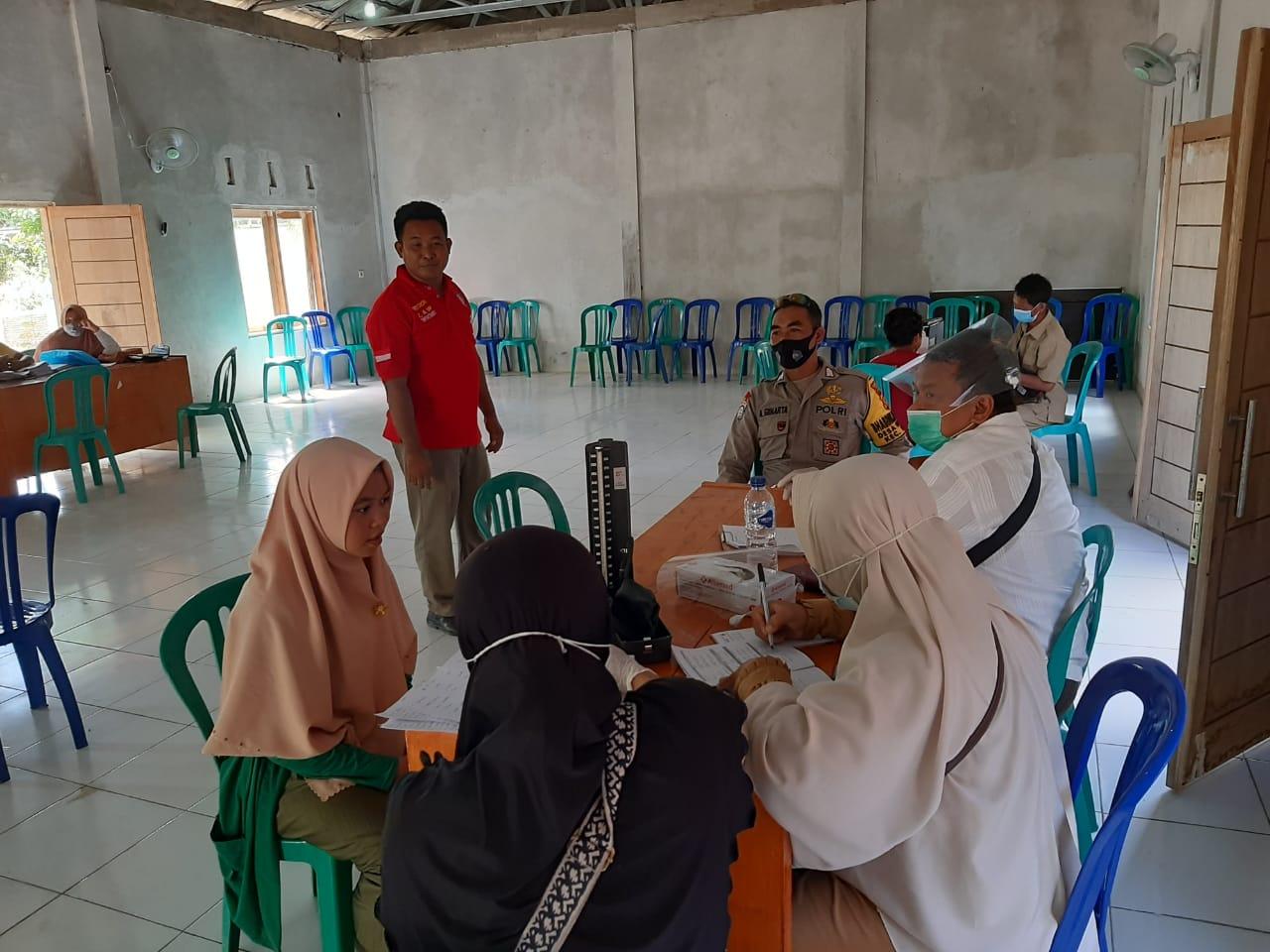 Bhabinkamtibmas Desa Mertak Bersama Tim Kesehatan Kuta, Periksa Kesehatan Pelajar