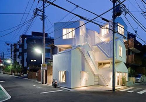 El eden del siglo xxi 8 lugares extra os para vivir for Escaleras por fuera de la casa