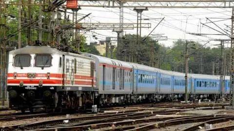 कोरोना काल में बंद भारतीय रेल की नियमित यात्री सेवा अप्रैल से अपने पूर्व रूप में आ सकती है।  पढ़े फुल डिटेल्स