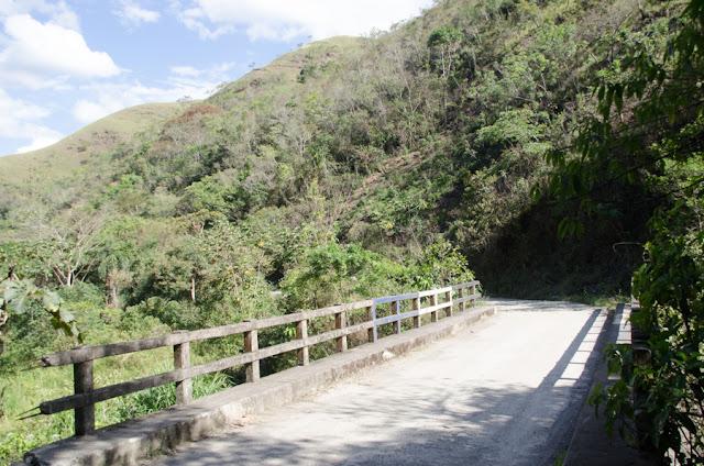Pont sur le Rio Coroico à 1005 m d'alt. (au nord de Coroico, Yunags, Bolivie), 14 octobre 2012. Photo : C. Basset