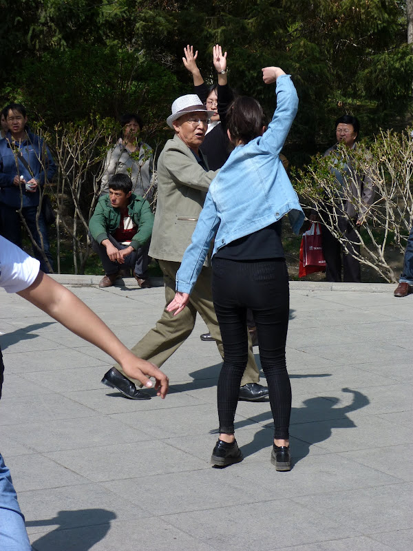 Seule une femme danse avec cet élégant vieux monsieur...