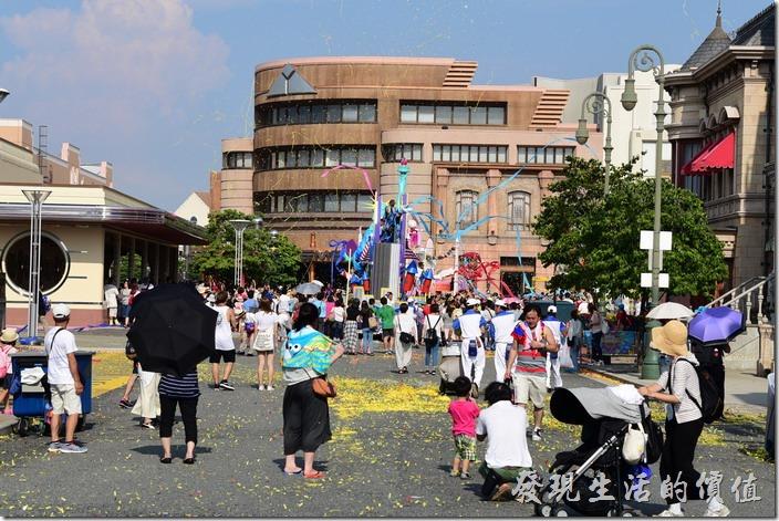 日本大阪-環球影城。花車過之處一片狼藉,彩色紙片彩帶到處飄,不過很快就會有清潔人員開著小車來整理,效率超快的。