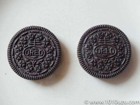 新旧オレオのクッキー(左:ヤマザキナビスコのオレオ、右: モンデリーズ・ジャパンのオレオ)