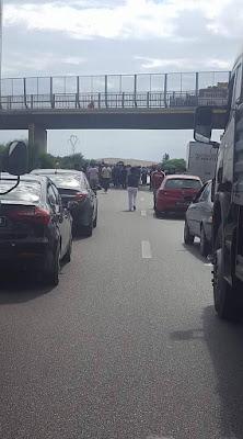 مجموعة من الفلاحين يغلقون الطريق السيارة بنزرت تونس على مستوى اوتيك