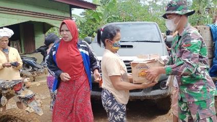 Senyuman Prada Tigor  Bagikan Sembako ke Warga Dusun Tangga Batu,  TMMD Tapsel