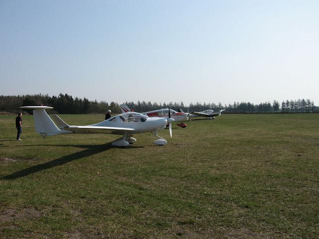 Svævethys Super Dimona under et besøg i Holstebro. Godt allround motorsvævefly med ca 700 km rækkevidde på en tank benzin. Flyet er udrustet til optræk af almindelige svævefly og det kan også svæveflyve.