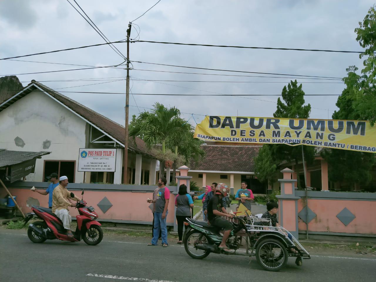 Pemdes Desa Mayang Bagikan Makanan dan Masker ke Warga