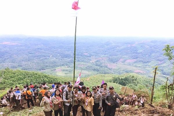 Kibarkan Merah Putih Di Puncak Bukit Bongku. Kapolsek Ajak Tingkatkan Rasa Nasonalisme Seperti Semangat Pejuang