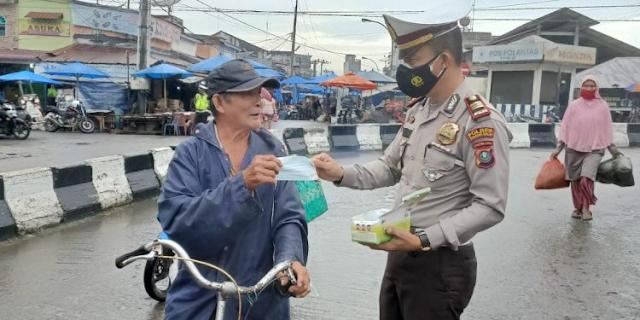 Kembali Lagi Kegiatan Rutin Sat Lantas Polres Tanjungbalai Bagi Masker Ditengah Masyarakat