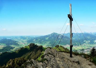 Blick auf Gipfelkreuz Grünten Illertal Ostrachtal Steineberg Allgäu