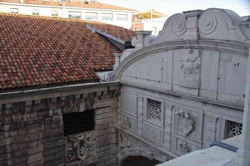 Le pont des Soupirs vu du palais des Doges.