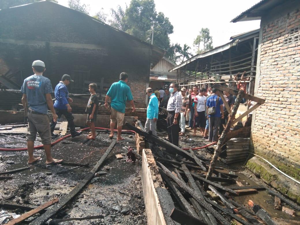 Diduga Korsleting Listrik Tiga Rumah Semi Permanen Terbakar di Desa Tangkahan