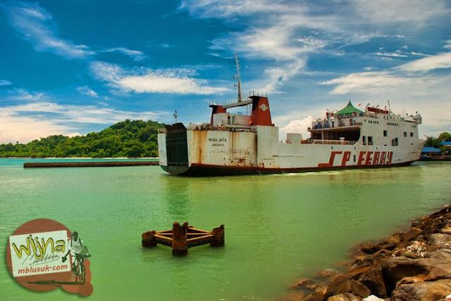 kapal Ferry Virgo 18 yang berlabuh di Pelabuhan Merak, Banten