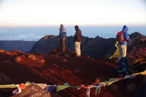 Piton des Neiges (3070 m), point culminant de la Réunion. Drapeaux à prières comme au Népal