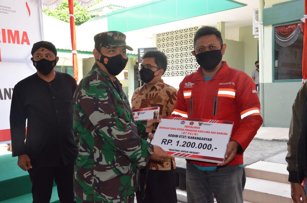 Ribuan PKL dan Pemilik Warung di Karanganyar Menerima BT PKLW