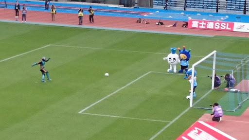 [写真]仮面ライダー3号による始球式