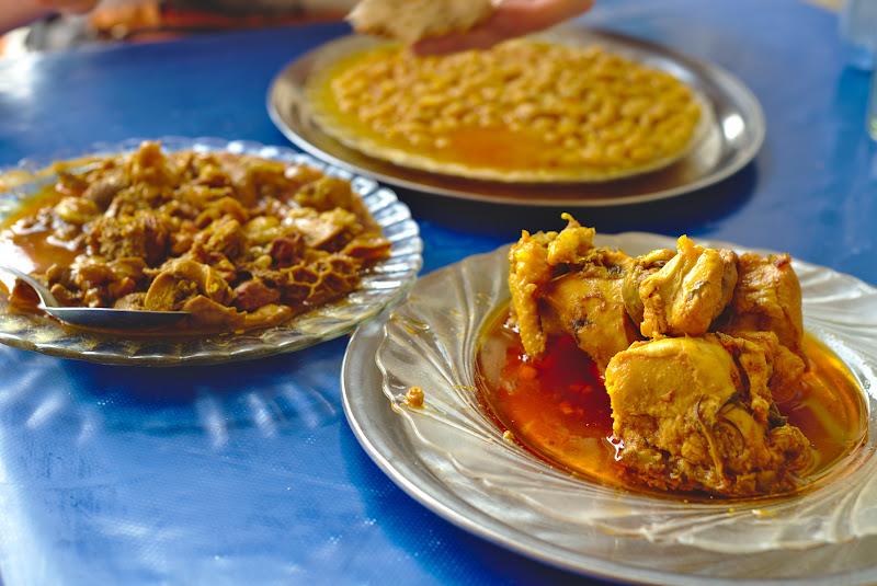 Pauza de masa pe drumul spre Taroudant, cu o combinatie de pui, mancare de burta si fasole, toate foarte bine pregatite.