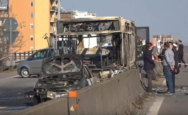Autobus bruciato a San Donato Milanese