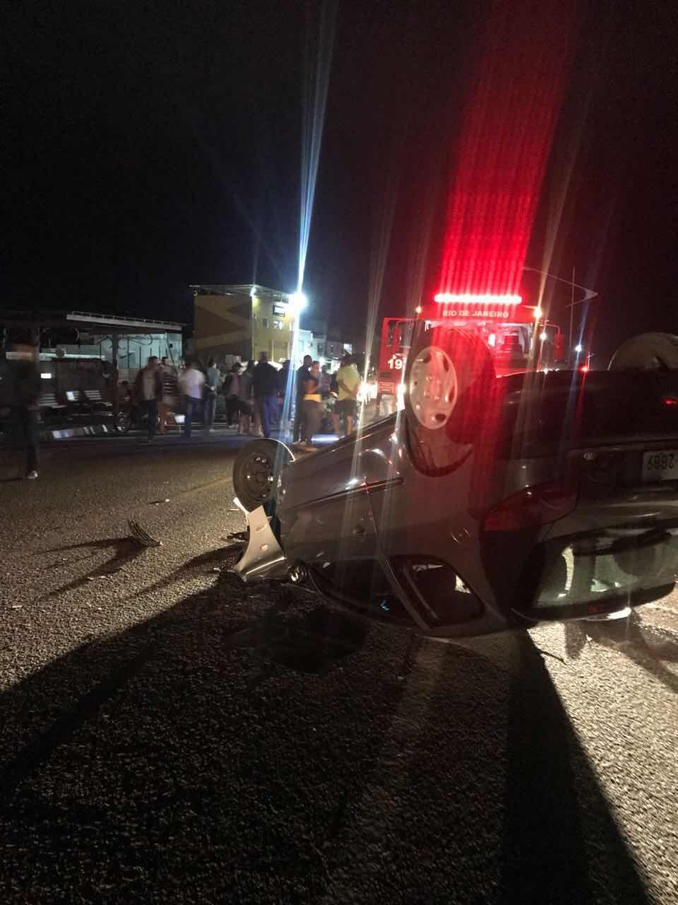 Colisão entre carro e moto na RJ140 em Arraial do Cabo