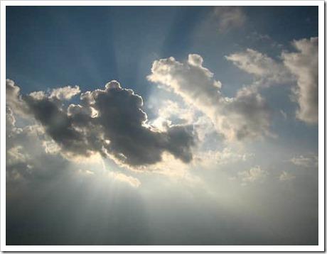 sole dietro alle nuvole