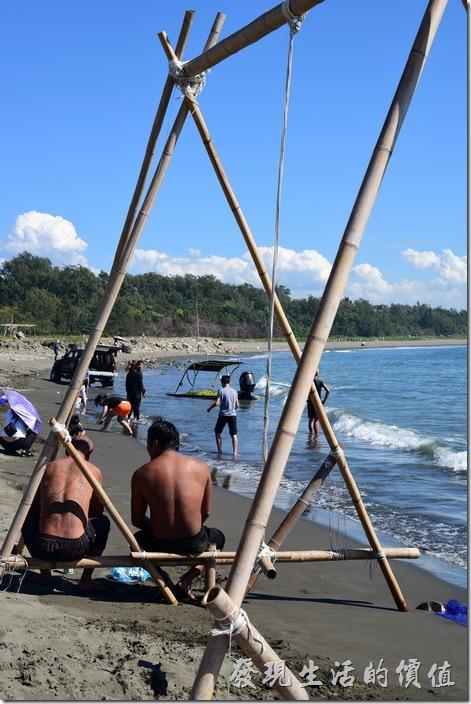 台南安平-漁光島。玩水的人們身上總是曬得這般呦黑!