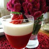 Biało-czerwony deser (galaretka z musu truskawkowego i panna cotta)