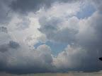 Mittlerweile hat Regen eingesetzt, die Intensität ist jedoch eher gering. Es gibt auch noch blaue Flecken über Wien. #Wetter #Wien #Gewitter