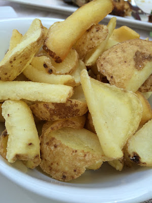 Et fat med krøllete potetskiver.