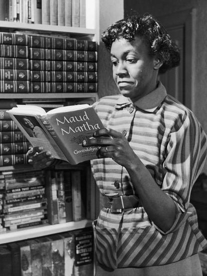 Imagen en blanco y negro de una persona con un libro en la mano  Descripción generada automáticamente con confianza baja