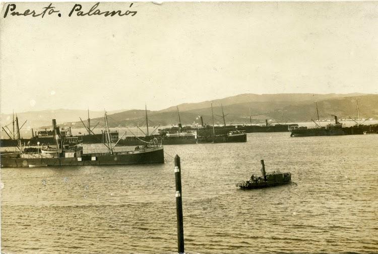 Vapor ALESON en Palamos. Detras de el un tipico carguero de Ybarra. Ca. 1910. Postal.tif
