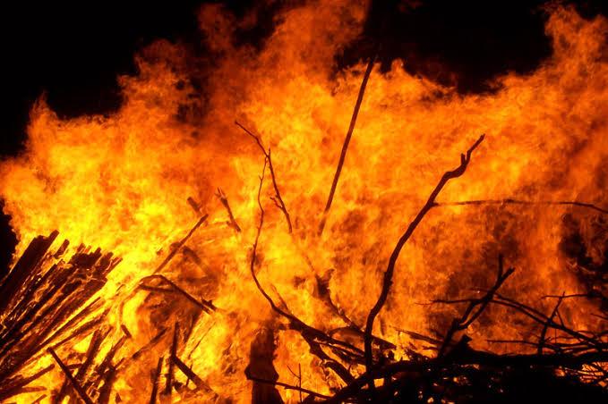 खलिहान में रखे धान के गले में आग लगने से धान का अनाज जला, ग्रामीण व प्रशासन के मशकत से आग पर पाया गया काबू
