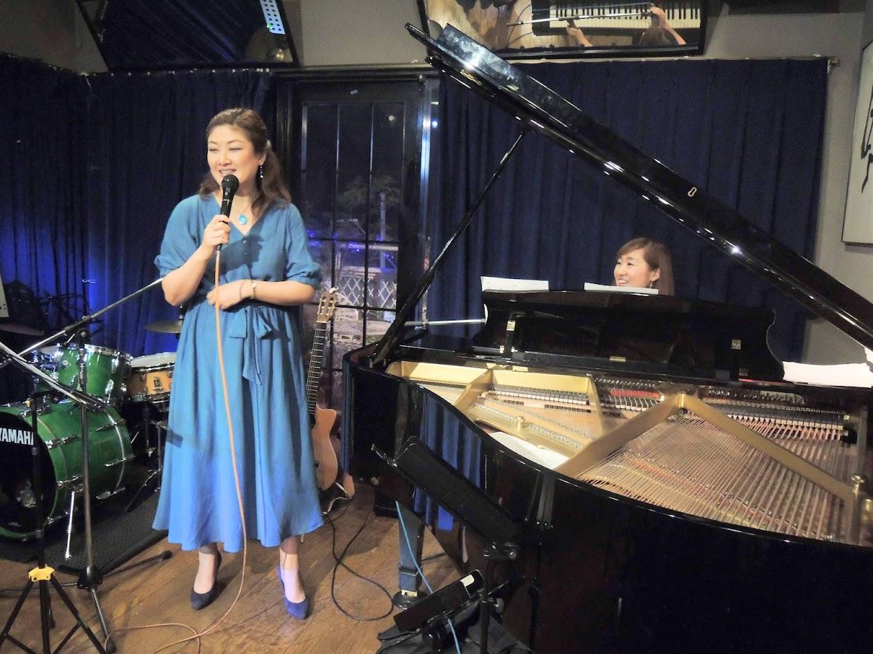 Kazue Taniyama sings to Kaoru Azuma's piano playing