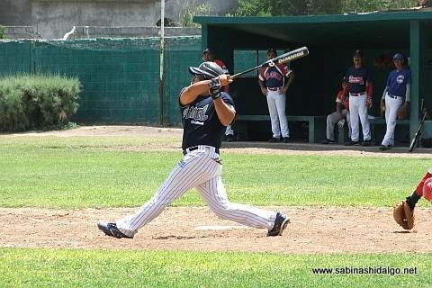 Sergio Guajardo bateando por Tiburones en el beisbol municipal