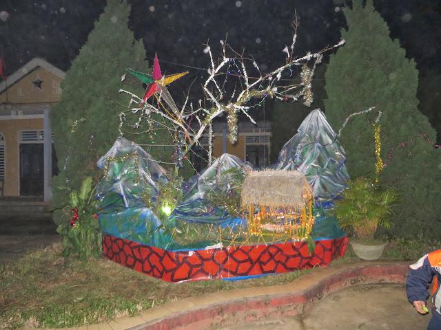 Hình ảnh Hang đá của tám xóm và các xóm trước kiệu Chúa Hai Đồng về Hang đá của xóm