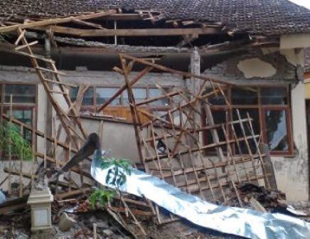 Gedung Perpustakaan SDN Ngancar Kecamatan Pitu Ngawi roboh