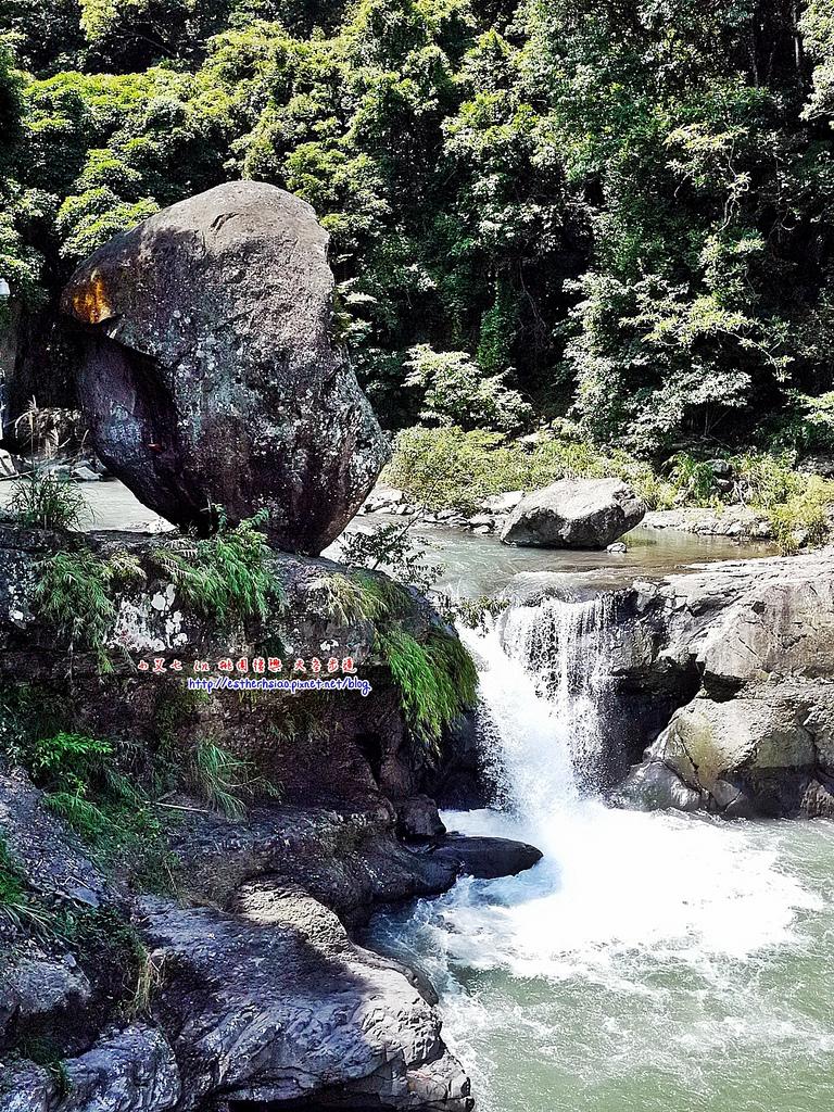 42 風動石旁小瀑布