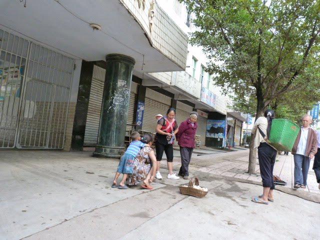 PUGE,à 2 heures de bus de XI CHANG.rien a voir mais  c est sur la route que j ai découvert un marché YI formidable