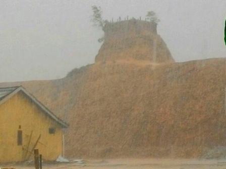 """Rumah Jomblo di Sungai Ulin Tamat Riwayatnya akibat hujan lebat hari ini,"" tulis Donny Sophandi dalam akun facebooknya siang tadi, Selasa (24/10/2017)."