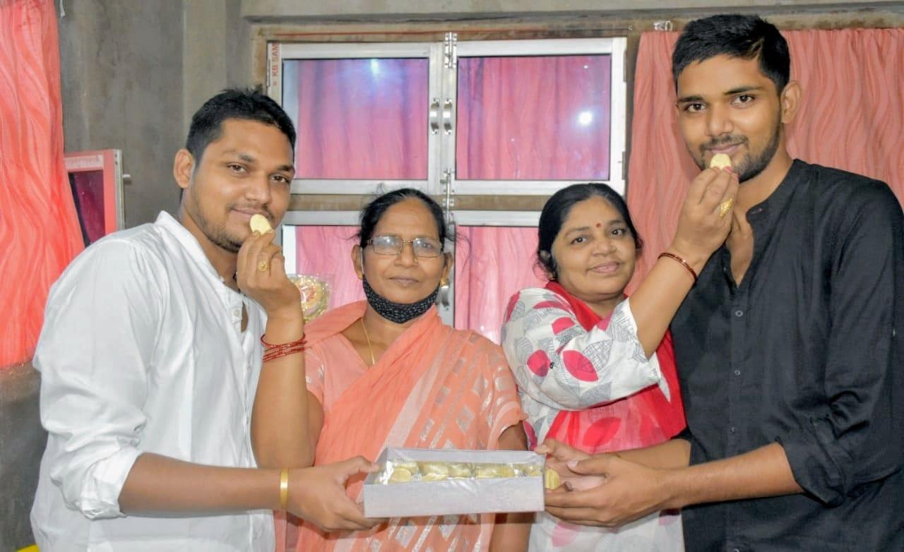 सफलता: सहोदर भाई दरोगा बन जगदीशपुर को किया गौरवान्वित