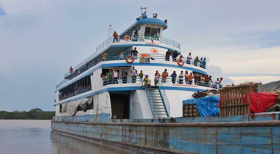 barco no rio amazonas