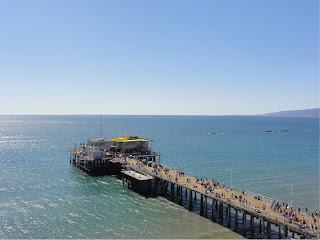 En bygning som ligger lengst ute på en lang brygge som stikker ut i havet.
